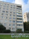 Гражданский пр., д. 124, кор. 1. Типовой панельный жилой дом. Фрагмент фасада (угловая часть). фото сентябрь 2017 г.
