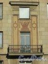 Московский проспект, дом 192-194 (дом 194). Балкон и художественное оформление фасада на уровне 4-го этажа. Фото 21 апреля 2019 года.