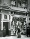 Невский пр., дом 48. Универмаг «Пассаж». «Витрина магазина Бр.Фридлендер». Фото начало XIX века.