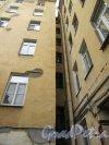 Суворовский пр., д. 42. Доходный дом. Двор. Угол двора. фото май 2018 г.