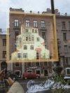 Суворовский пр., д. 57. Вид на фасад здания через отражение в витрине кафе-Хинкальной «На Неве» (дом 36). фото май 2018 г.