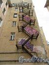 Суворовский пр., д. 47. Доходный дом. Граффити на брандмауэре во дворе. фото май 2018 г.