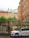 Суворовский пр., д. 47. Доходный дом. Каменная стенка во дворе. фото май 2018 г.