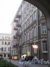 Невский пр., д. 88. Доходный дом О. П. Кушелевой. Вид 2-го двора и фасада правого флигеля через входную арку. фото май 2018 г.