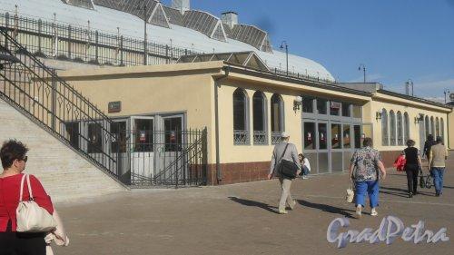 Загородный проспект, дом 52. Витебский вокзал. Павильон пригородных билетных касс после реконструкции. Фото 26 июня 2018 года.