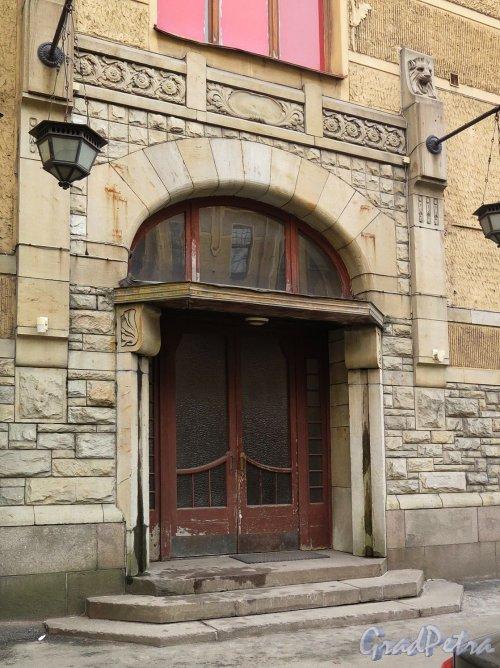 Каменноостровский пр., д. 1-3. Доходный дом И. Б. Лидваль. Оформление портала входа. фото апрель 2017 г.