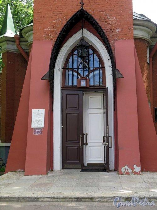 Каменноостровский пр., д. 83. Церковь Рождества Иоанна Предтечи. Вид входа. фото июль 2017 г.