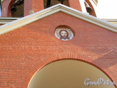 Гражданский пр., д. 101. Церковь Сретения Господня на Гражданском проспекте. Икона на фасаде над входом. фото сентябрь 2017 г.