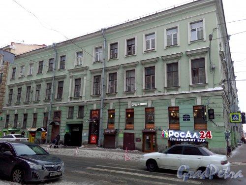Проспект Римского-Корсакова, дом 13 / Вознесенский пр., дом 35. 3-этажный жилой дом 1871 года постройки. 4 парадные, 15 квартир. Фото 18.02.2019 года.