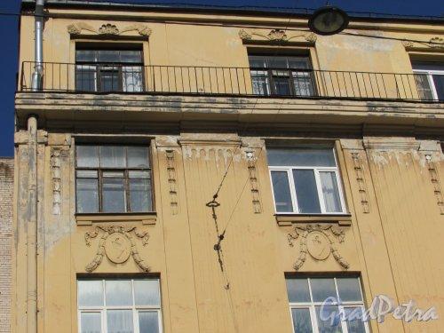 проспект КИМа, дом 7, лит. А. Художественное оформление фасада. Фото 1 мая 2016 года.
