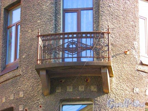 Малый проспект П.С., дом 32, литера А. Угловой балкон. Фото 1 мая 2016 года.