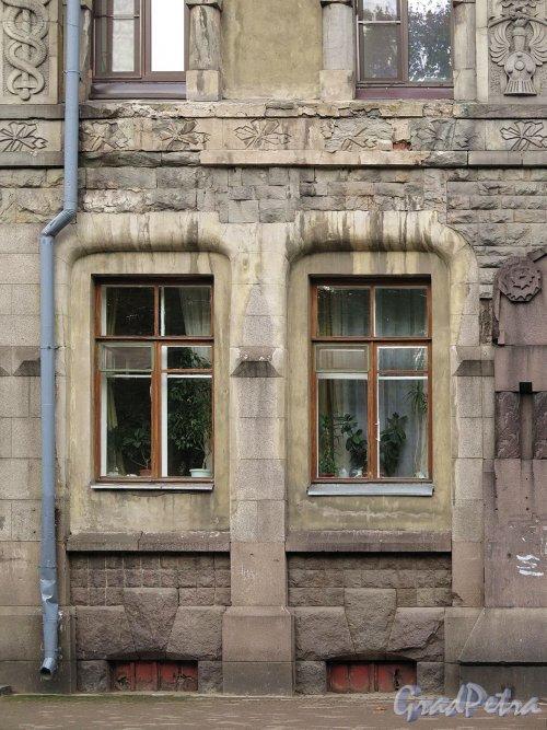 г. Выборг. ул. Ленина, 8а. Здание национального акционерного банка. Обформление бельэтажных окон бокового фасада. фото октябрь 2017 г.