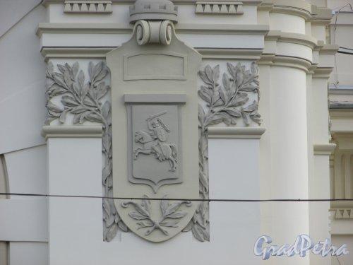 Загородный пр., дом 52. Герб города Витебска на фасаде здания Витебского вокзала. Фото 17 октября 2018 года.