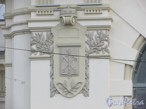 Загородный пр., дом 52. Герб Санкт-Петербурга на фасаде здания Витебского вокзала. Фото 17 октября 2018 года.