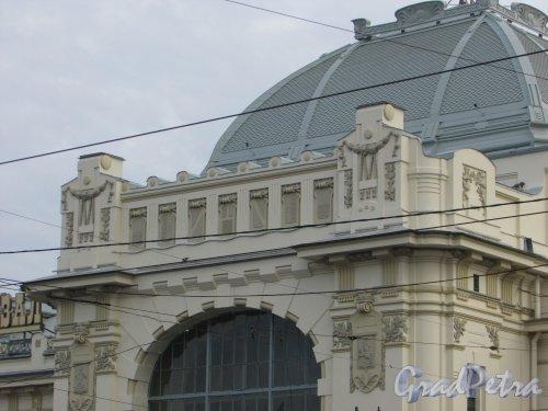 Загородный пр., дом 52. Оформление верхнего фриза правой части здания Витебского вокзала. Фото 17 октября 2018 года.
