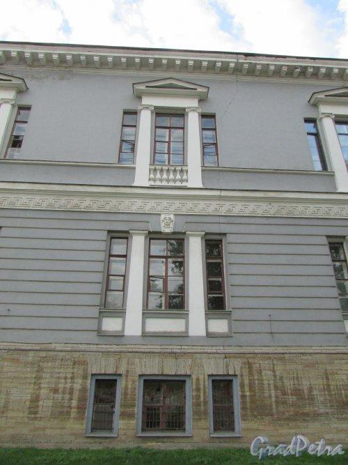 Загородный пр., дом 47. Фрагмент фасада, выходящего на Введенский канал и трещина на фасаде. Фото 17 октября 2018 года.