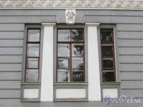 Загородный пр., дом 47. Оформление окон второго этажа и трещина на фасаде. Фото 17 октября 2018 года.
