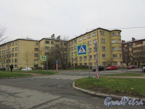 Лесной проспект, дом 37, корп. 3. Часть  жилого дома в составе Батенинского жилмассива, выходящая на улицу Харченко. Фото 8 ноября 2018 года.