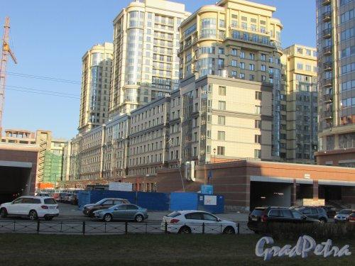Московский проспект, дом 183-185, литера А. Корпус вдоль центрального променада с южной стороны ЖК «Граф Орлов». Фото 21 апреля 2019 года.