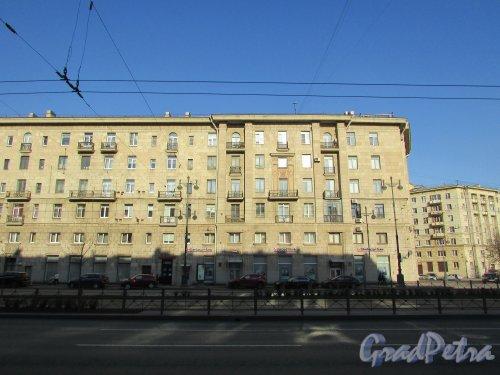 Московский проспект, дом 192-194 (дом 194). Правая часть жилого дома. Фото 21 апреля 2019 года.