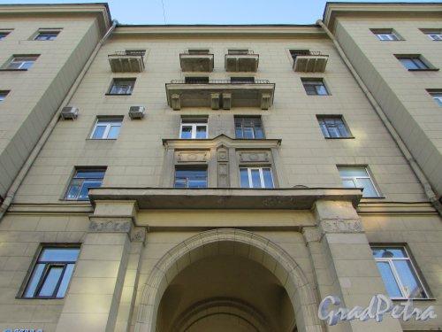 Московский проспект, дом 167, литера А. Оформление фасада над аркой. Фото 21 апреля 2019 года.