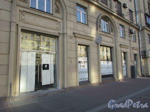 Московский проспект, дом 171, литера А. Коммерческие помещения первого этажа, сдаваемые в аренду. В советское время здесь находился ресторан. Фото 21 апреля 2019 года.