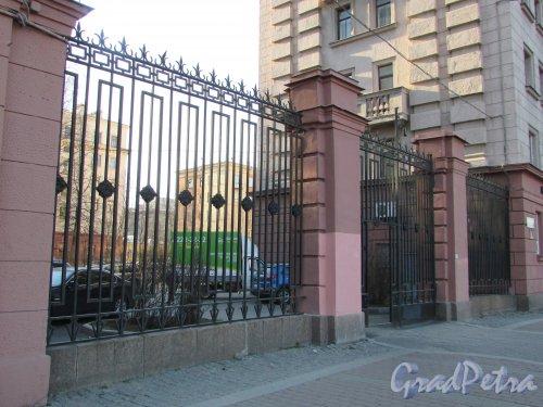 Московский проспект, дом 165. Ограда между домами 163 и 165 по Московскому проспекту. Фото 21 апреля 2019 года.