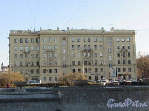 Московский проспект, дом 167. Фасад со стороны Бассейной улицы (Бассейная улица, дом 39). Фото 21 апреля 2019 года.