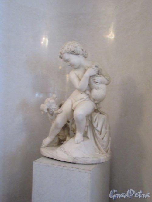Невский пр., д. 39. Аничков дворец. Статуя «Мальчик с собакой», копия работы 18 в. фото март 2018 г.