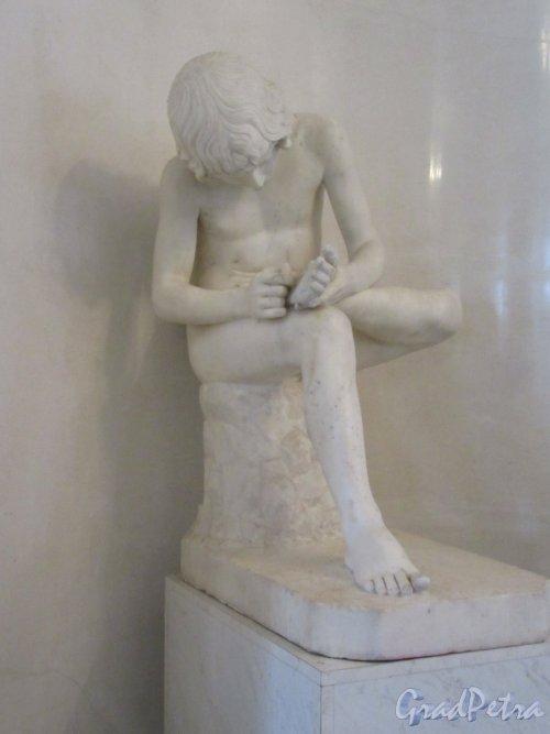 Невский пр., д. 39. Аничков дворец. Статуя «Мальчик, вынимающий занозу», копия работы 18 в. фото март 2018 г.
