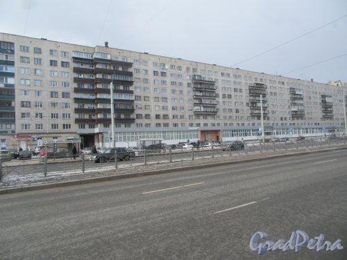 Гражданский пр., д. 104, к. 1. 9-ти этажный панельный жилой дом серии 1-ЛГ606М с встроенными общественными помещениями, 1973. Общий вид фронтального фасада. фото март 2018 г.
