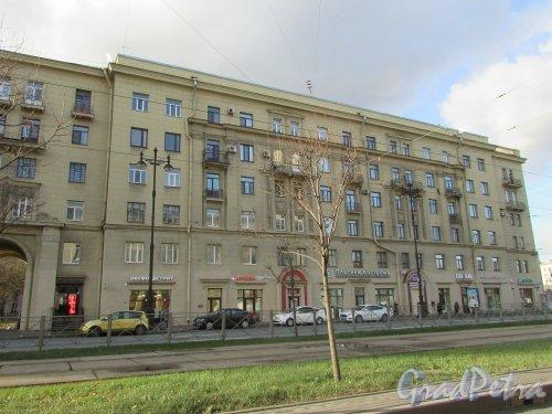 Московский проспект, дом 167, литера А. Угловая часть жилого дома. Фото 28 октября 2019 года.