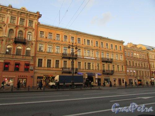 Невский проспект, дом 108, литера А. Лицевой фасад здания и вывеска кинотеатра «Нева». Фото 28 октября 2019 года.