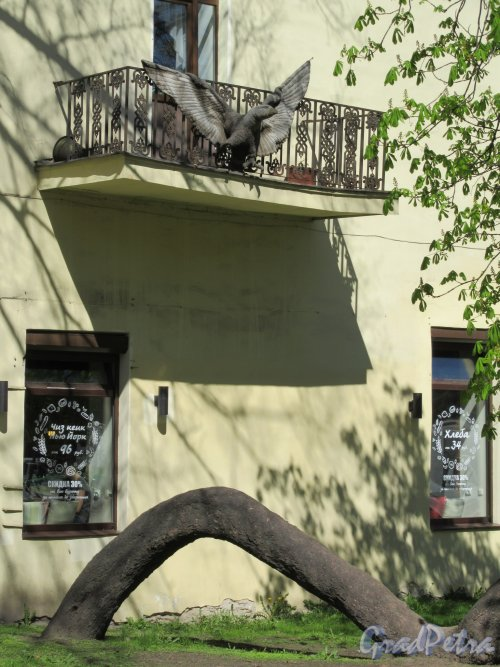 Каменноостровский пр., д. 32. Балкон с Птицей со стороны сквера А. Петрова. фото май 2018 г.