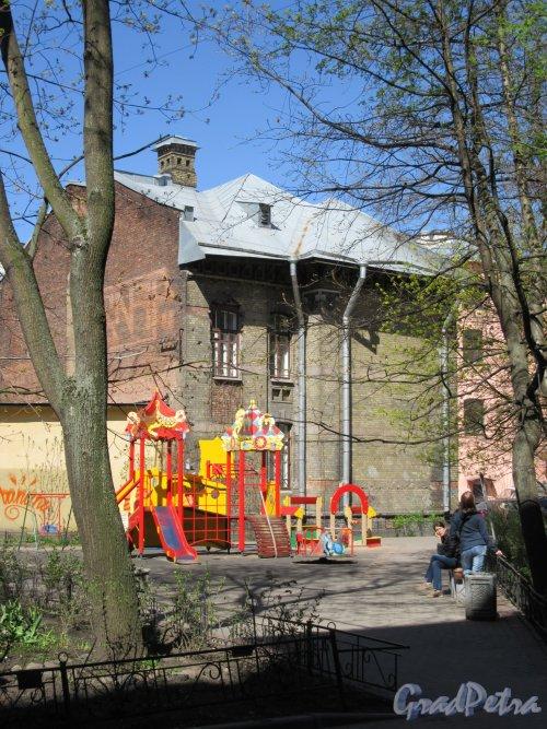 Большой пр., П.С., д. 73. Фрагмент двора и задний фасад Библиотеки им. А. С. Пушкина. фото май 2018 г.