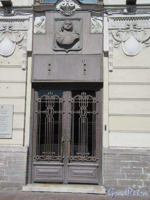 Невский пр., д. 26 Доходный дом Г. И. Гансена. Оформление входа в помещение банка Открытие. фото май 2018 г.