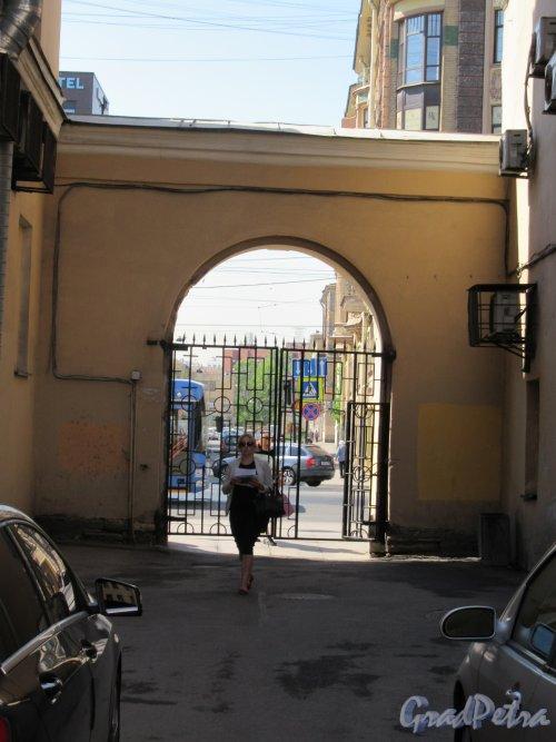 Невский пр., д. 174. Арка выезда на проспект. Вид со стороны двора. фото май 2018 г.