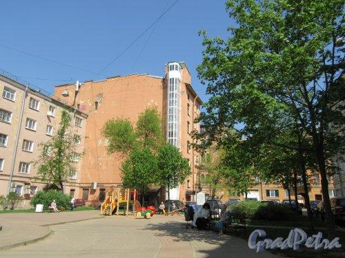 Сквер Соловьева-Седого во дворе дома 148 и дома 150 по Невскому проспекту. Вид сквера со стороны Невского проспекта. фото май 2018 г.