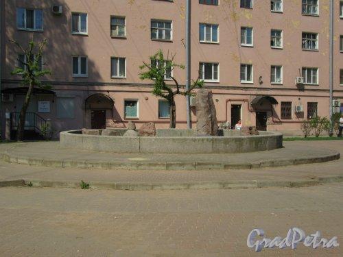 Сквер Соловьева-Седого во дворе дома 148 и дома 150 по Невскому проспекту. Фонтан. фото май 2018 г.