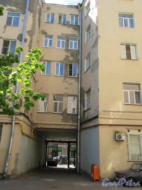 Полтавская ул., д. 1. Выезд на Полтавскую улицу со стороны двора. фото май 2018 г.