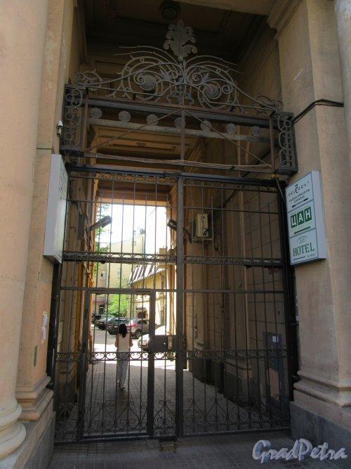 Невский пр., д. 107. Жилой дом. Въездные ворота во двор. фото май 2018 г.