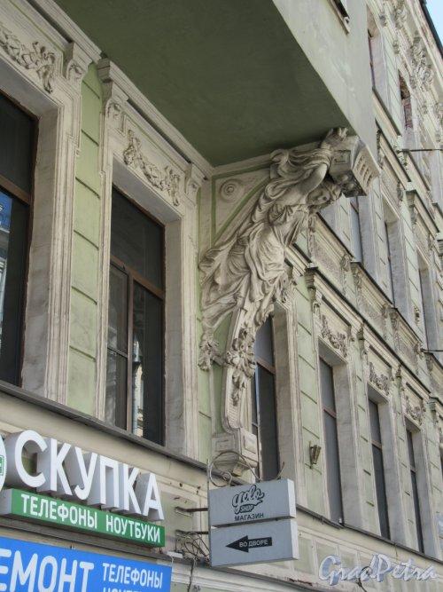 Невский пр., д. 103. Доходный дом. Крепежный кронштейн под эркером. фото май 2018 г.