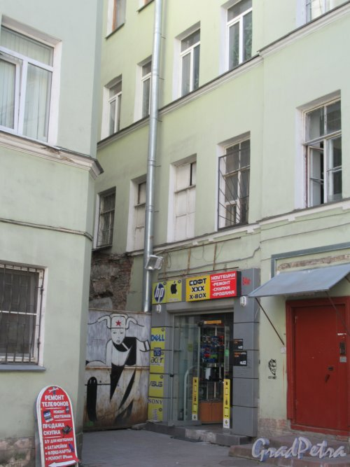 Невский пр., д. 103. Доходный дом. Угловая часть двора. фото май 2018 г.
