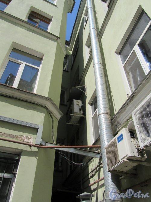 Невский пр., д. 103. Доходный дом. Угловая часть дворового фасада. фото май 2018 г.