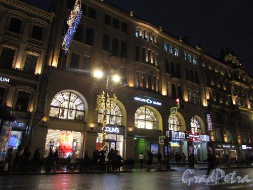 Невский проспект, дом 67, литера А. Общий вид здания в ночном оформление. Фото 18 декабря 2019 года.