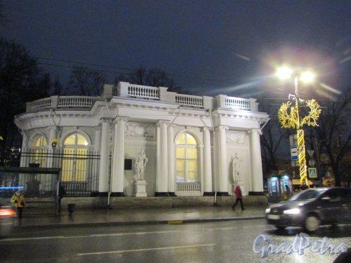 Невский проспект, дом 39, литера Г. Общий вид павильона Росси с Невского проспекта. Фото 18 декабря 2019 года.