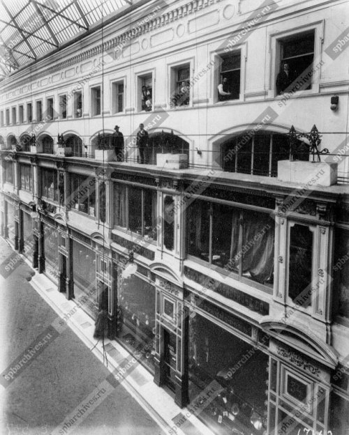 Проводка электричества в «Пассаже» акционерным обществом электрического освещения «Гелиос». Дата съёмки: До 1901 г. Автор съёмки: Фотография ателье Буллы.