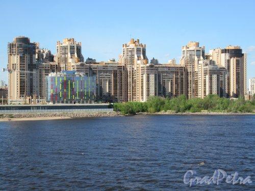 Приморский пр., д. 137. ЖК «Золотая гавань», 2003-2008, арх. А.В. Апарин. Общий вид с Яхтенного моста. фото май 2018 г.