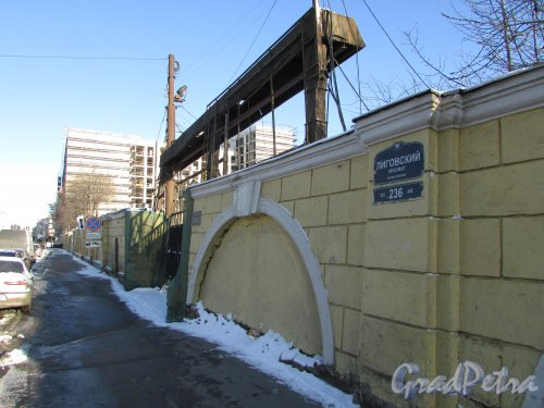 Лиговский проспект, дом 236. Каменная ограда участка вдоль Лиговского проспекта. Фото 6 февраля 2020 года.