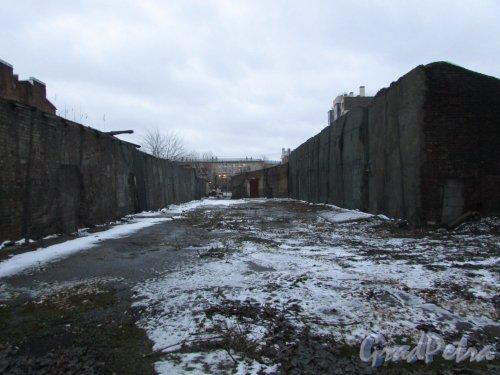Лиговский проспект, дом 216, литера Б (слева) и литера В (справа). Общий вид территории от Лиговского проспекта в сторону Тамбовской улицы. Фото 10 февраля 2020 года.